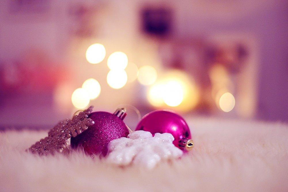 fialové vánoční dekorace