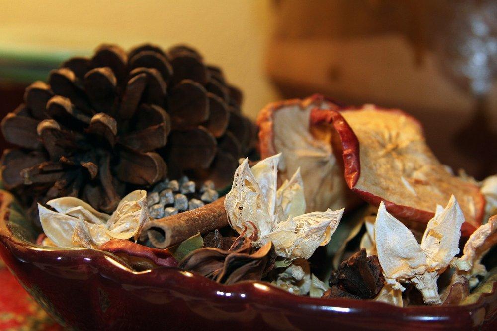 Vánoční dekorace na stůl - šišky, ovoce