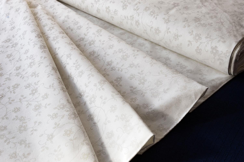 Bavlněná látka renforcé s bílými kytičkami