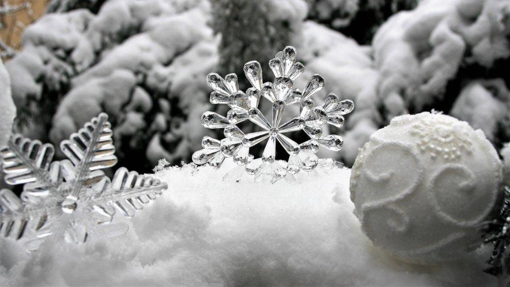 bílé stříbrné vánoční dekorace
